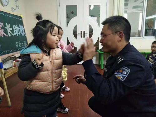 淅川县活动幼儿园积极助教家长开展实验三菱m70方法加工中心操作系统图片
